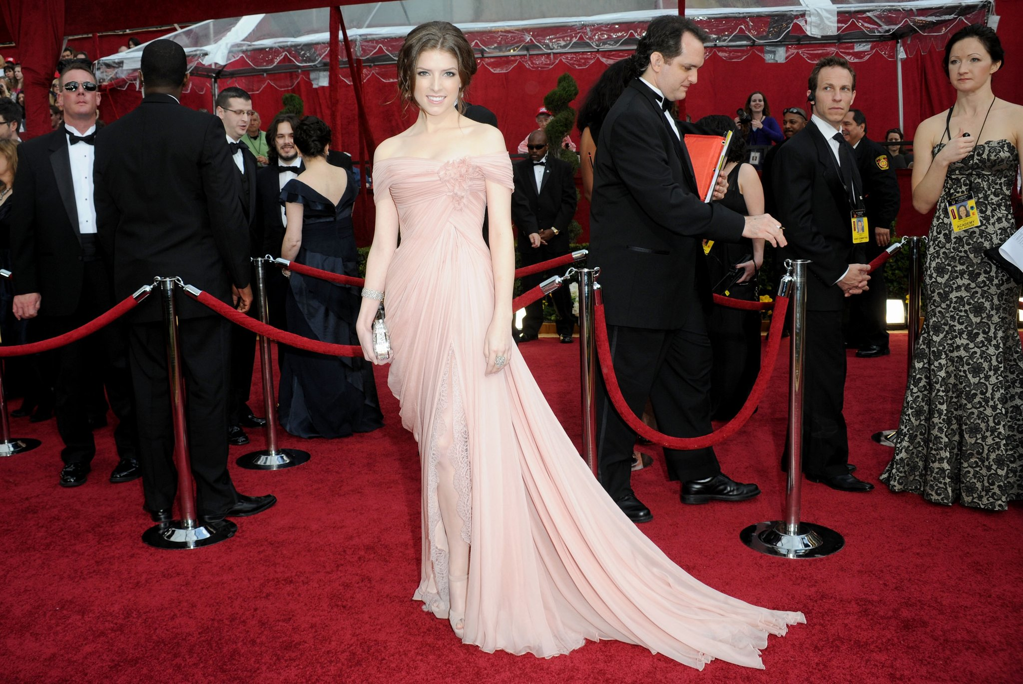 anna-kendrick-leads-way-down-oscars-red-carpet