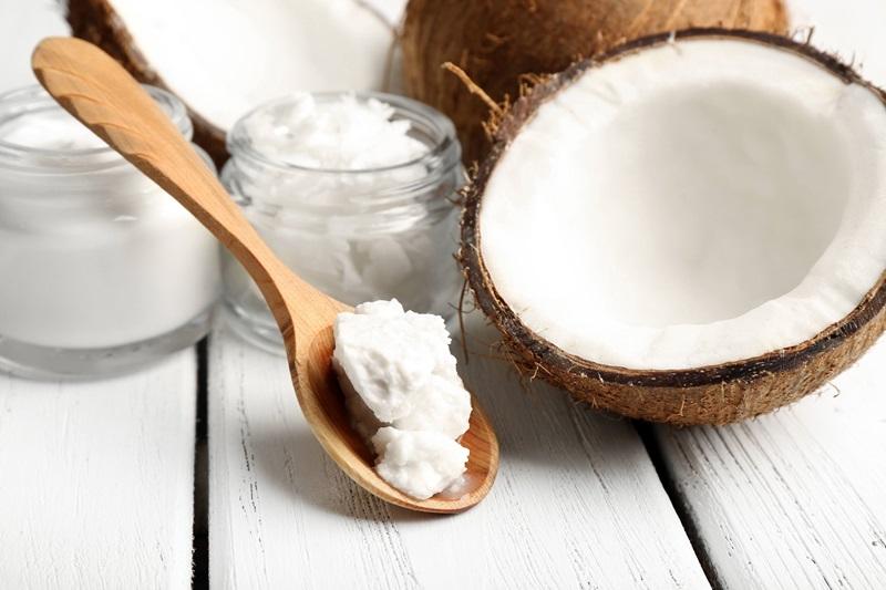 Dầu dừa là một trong những loại dầu dễ tìm và được tin dùng trong liệu pháp chăm sóc răng miệng.