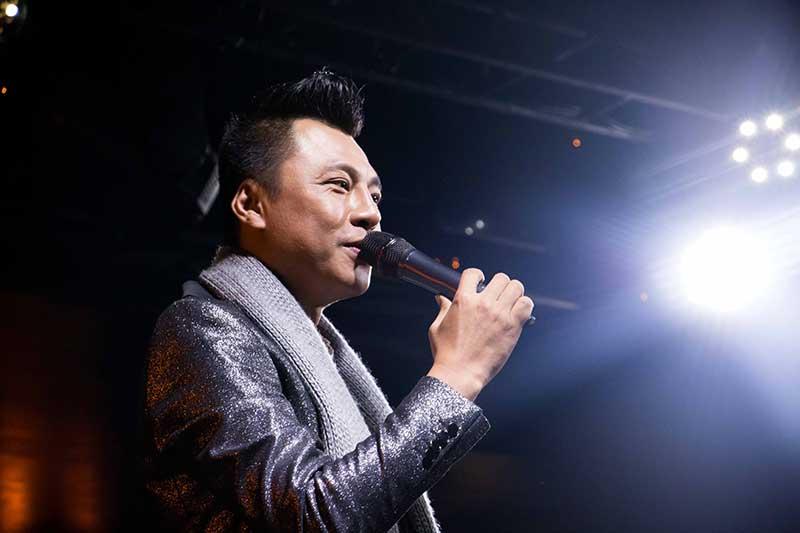 """Học trò của NSND Trần Hiếu - nam ca sĩ Đình Nguyên đã đồng hành với ông 14 năm giới thiệu album riêng """"Chuyện tình mùa đông""""."""