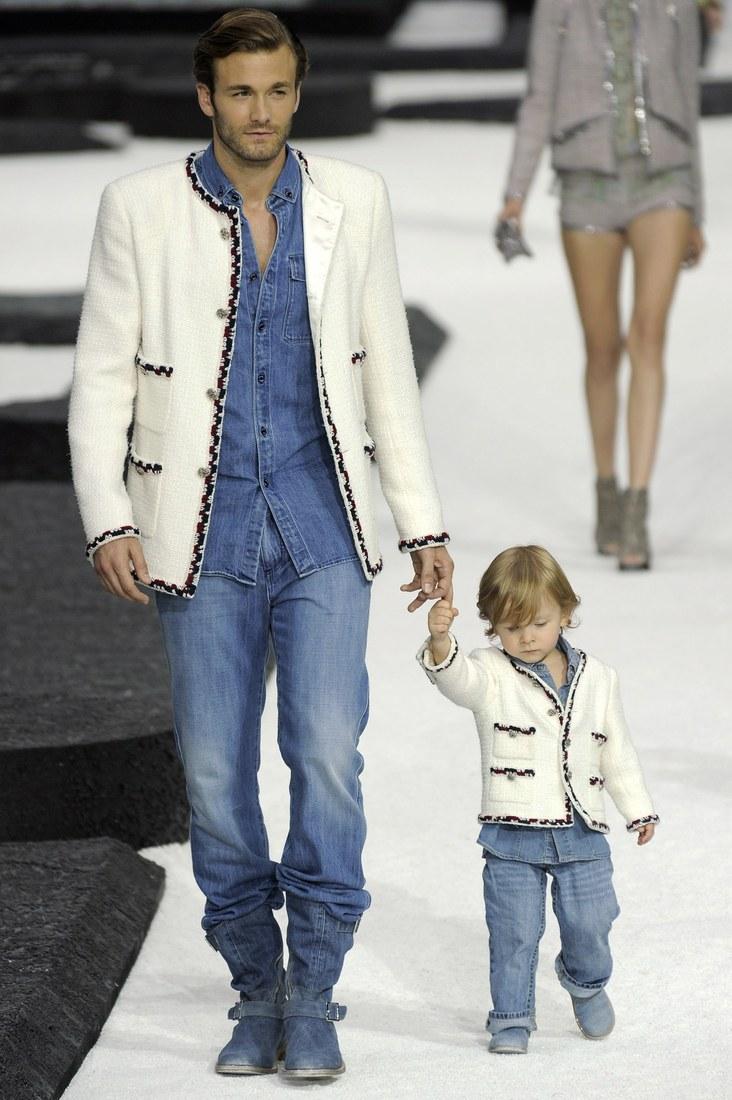 Cậu nhóc xuất hiện đáng yêu trong trang phục đôi với cha mình - người mẫu Brad Kroenig trên sàn diễn Chanel Xuân Hè 2011.