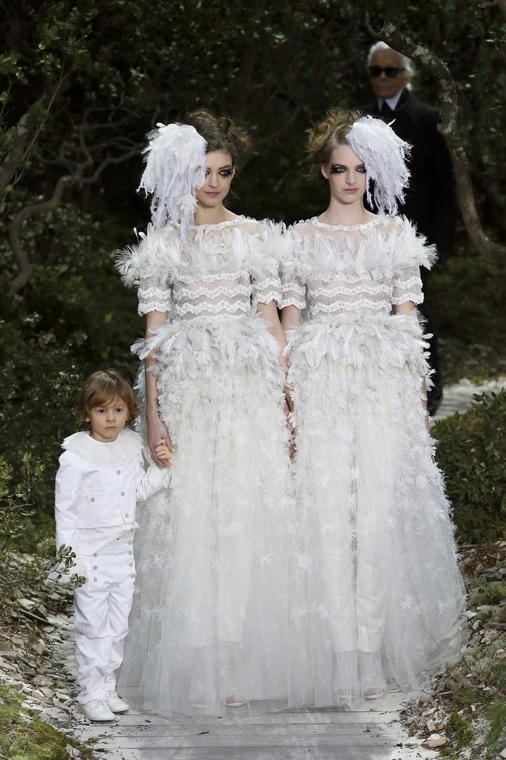 Xuất hiện tại show diễn Haute Couture Xuân Hè 2013, Hudson mặc set đồ all white trong sáng như một thiên thần.
