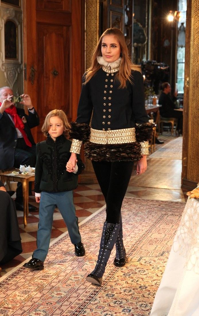 Sải bước cùng người mẫu Nadja Bender, Hudson Kroenig tỏ ra tự tin không kém cạnh đàn chị tại show diễn Chanel Metiers d'Art Collection 2014 Paris-Salzburg.