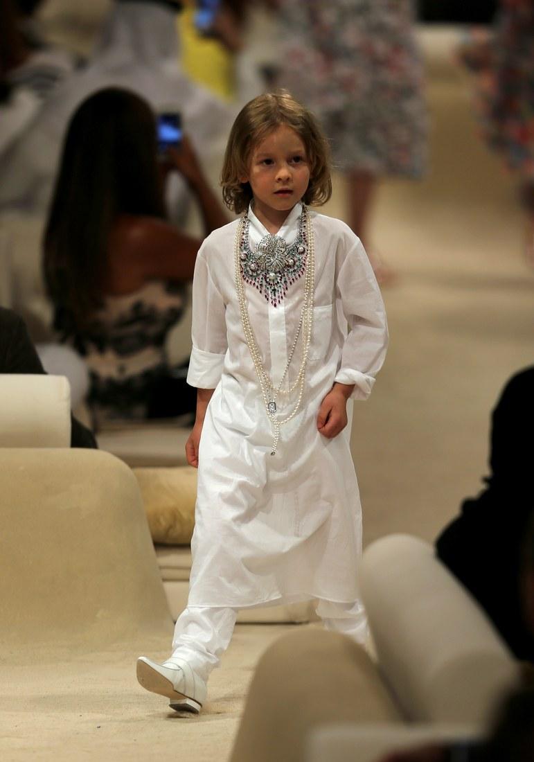 Sải bước một mình trong show diễn Chanel Cruise Paris-Dubai; Hudson trông như một hoàng tử Ả Rập thực thụ.