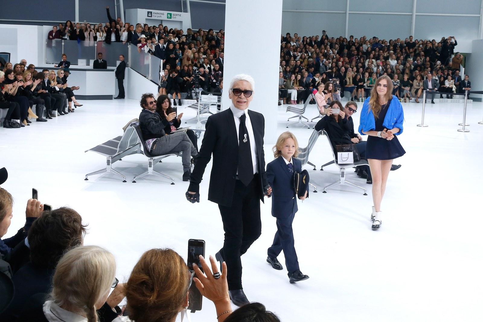 Trong vai cơ trưởng nhí, Hudson ra chào các khán giả của show diễn Chanel Xuân Hè 2016 cùng nhà thiết kế Karl Lagerfeld và nàng mẫu nổi tiếng Cara Delevigne.