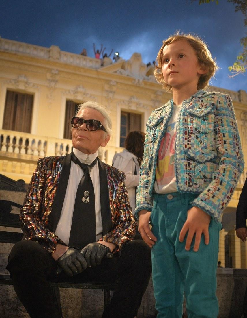 Hudson Kroenig luôn xuất hiện bên cạnh cha đỡ đầu Karl Lagerfeld như hình với bóng tại mọi show diễn Chanel; dù ở bất cứ nơi nào trên thế giới ...