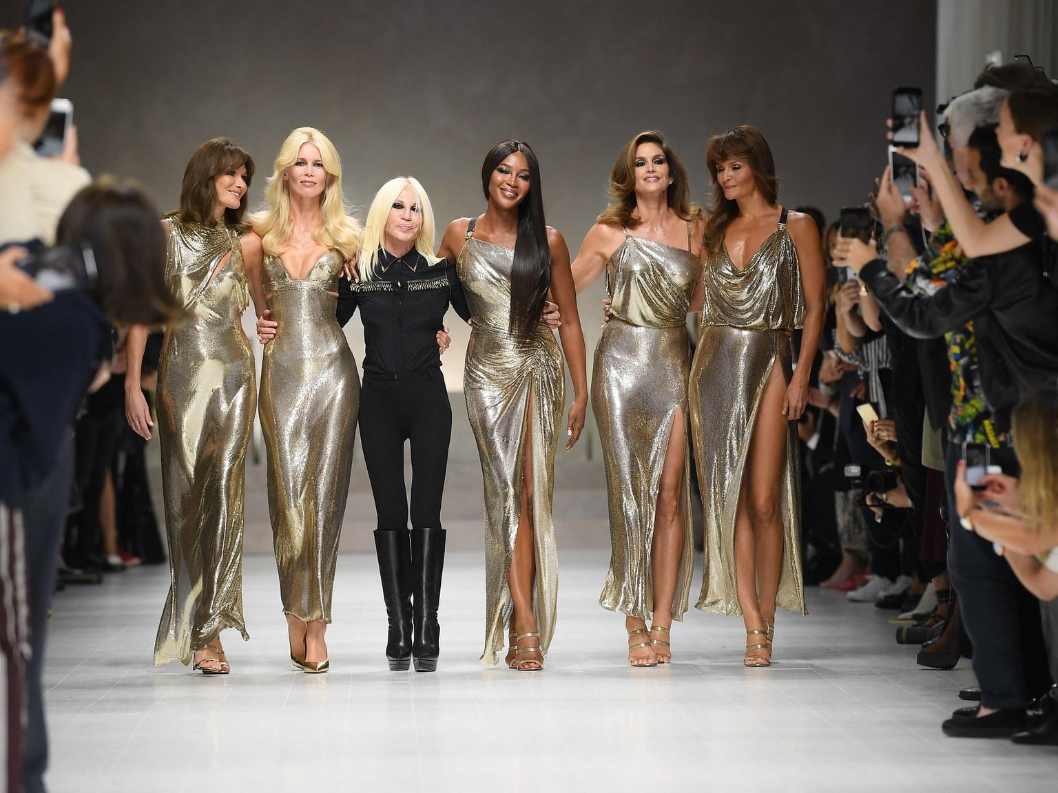 Mẹ của Kaia Gerber, Cindy Crawford (thứ hai từ phải qua), cũng xuất hiện trong show diễn Xuân Hè 2018 của Versace.