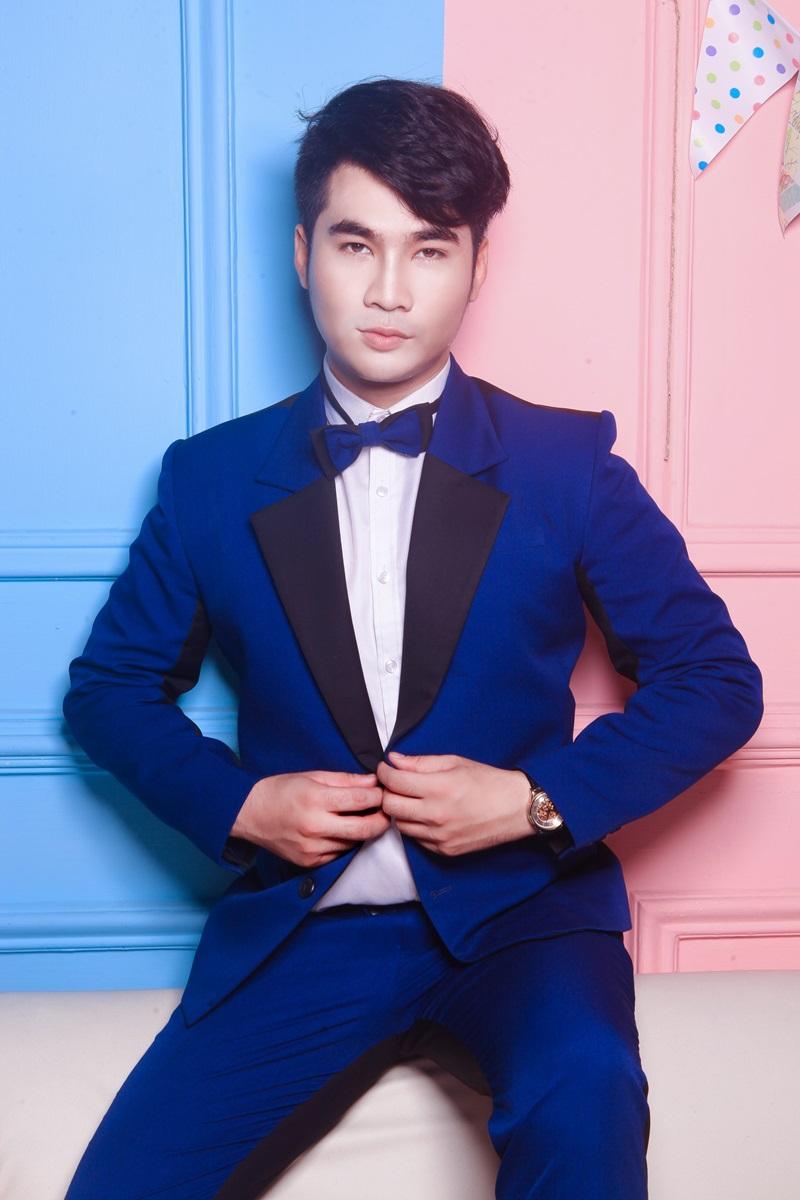 Vẫnlà suits nhưng lần này Lâm Trí Thuận khéo léo chọn tông xanh cobalt trẻ trung, lột tả phong cách cool ngầu.