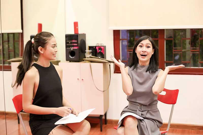 Kathy Uyên hướng dẫn biểu cảm gương mặt cho ứng viên.