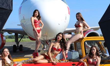 """HLV The Look Minh Tú làm """"nữ hoàng"""" trong bộ lịch bikini nóng bỏng"""