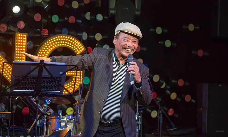"""NSND Trần Hiếu bất ngờ xuất hiện ở phòng trà Swing và hát """"Ngẫu hứng phố""""."""