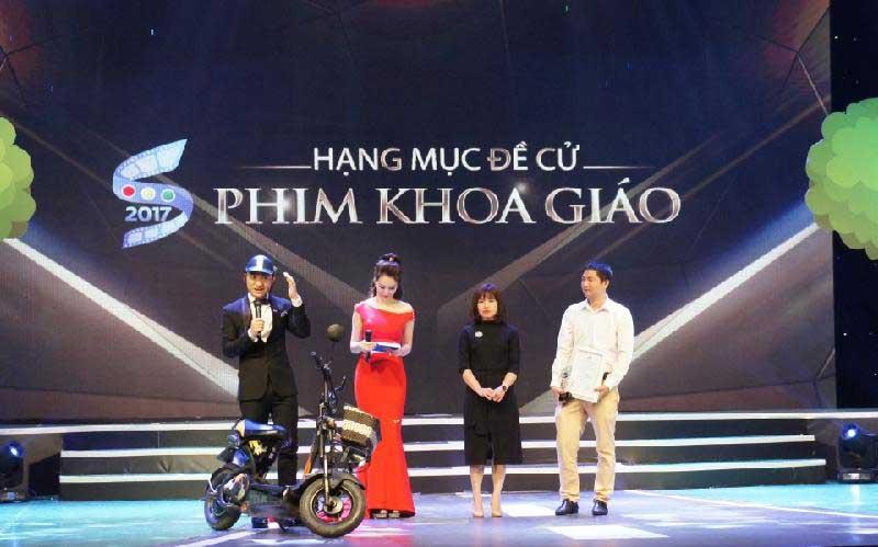 Hai MC Hạnh Phúc và Thụy Vân giao lưu với đại diện đoạt Giải nhất phim khoa giáo trên sân khấu trao giải.