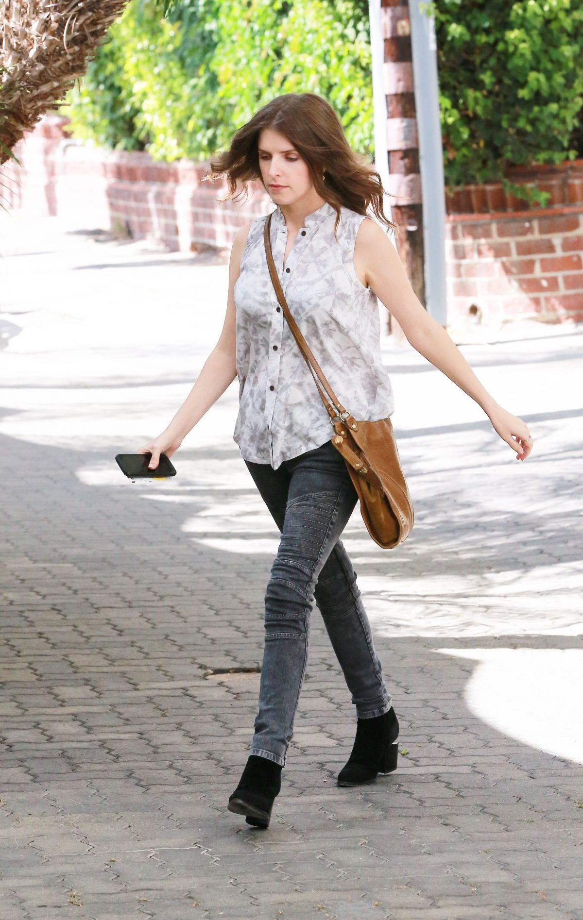 anna-kendrick-arrives-at-reese-witherspoon-s-office-in-santa-monica-09-28-2015_6