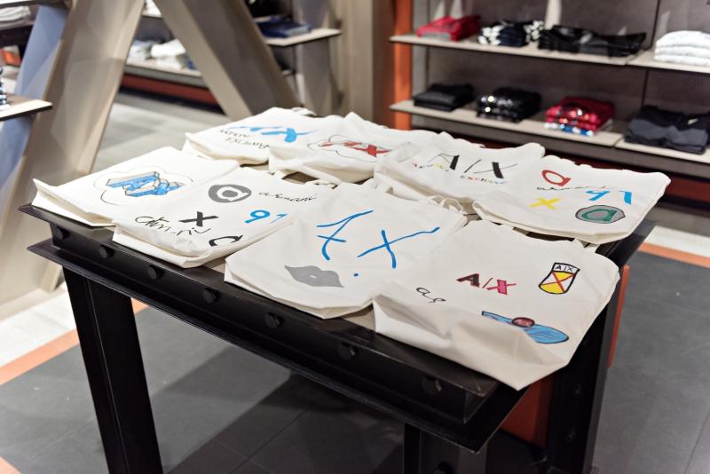 Những chiếc túi xách tote của Armani Exchange được vẽ những họa tiết trẻ trung, vui mắt.