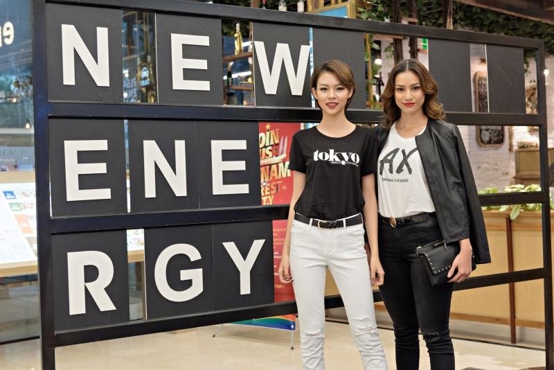 Phí Phương Anh (trái) và Lilly Nguyễn mặc áo thun in chữ và logo của Armani Exchange phối cùng quần jeans khỏe khoắn, hiện đại.