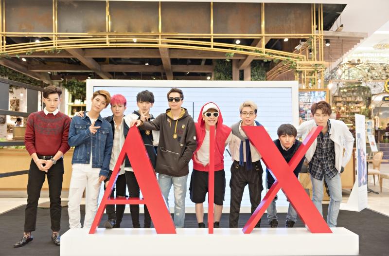 Ca sĩ Ali Hoàng Dương (áo đỏ), Lou Hoàng (đeo kính, áo đỏ) và Trịnh Thăng Bình (đeo kính) cùng các thành viên trong nhóm nhạc Uni5 hào hứng chụp cùng với biểu tượng AX của Armani Exchange.