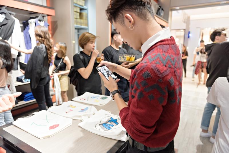 Quán quân The Voice 2017 Ali Hoàng Dương say sưa ngắm tác phẩm sau khi hoàn thành.