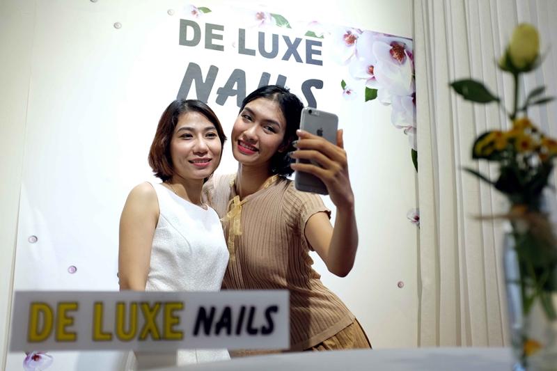 Người mẫu Nguyễn Oanh (phải) và chị Trâm -