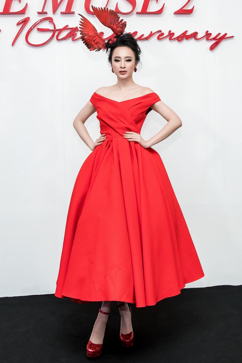 Angela Phương Trinh xuất hiện với thiết kế đầm bồng như một cô công chúa trong phim Disney cùng với mũ tạo hình hai cánh chim cầu kỳ.