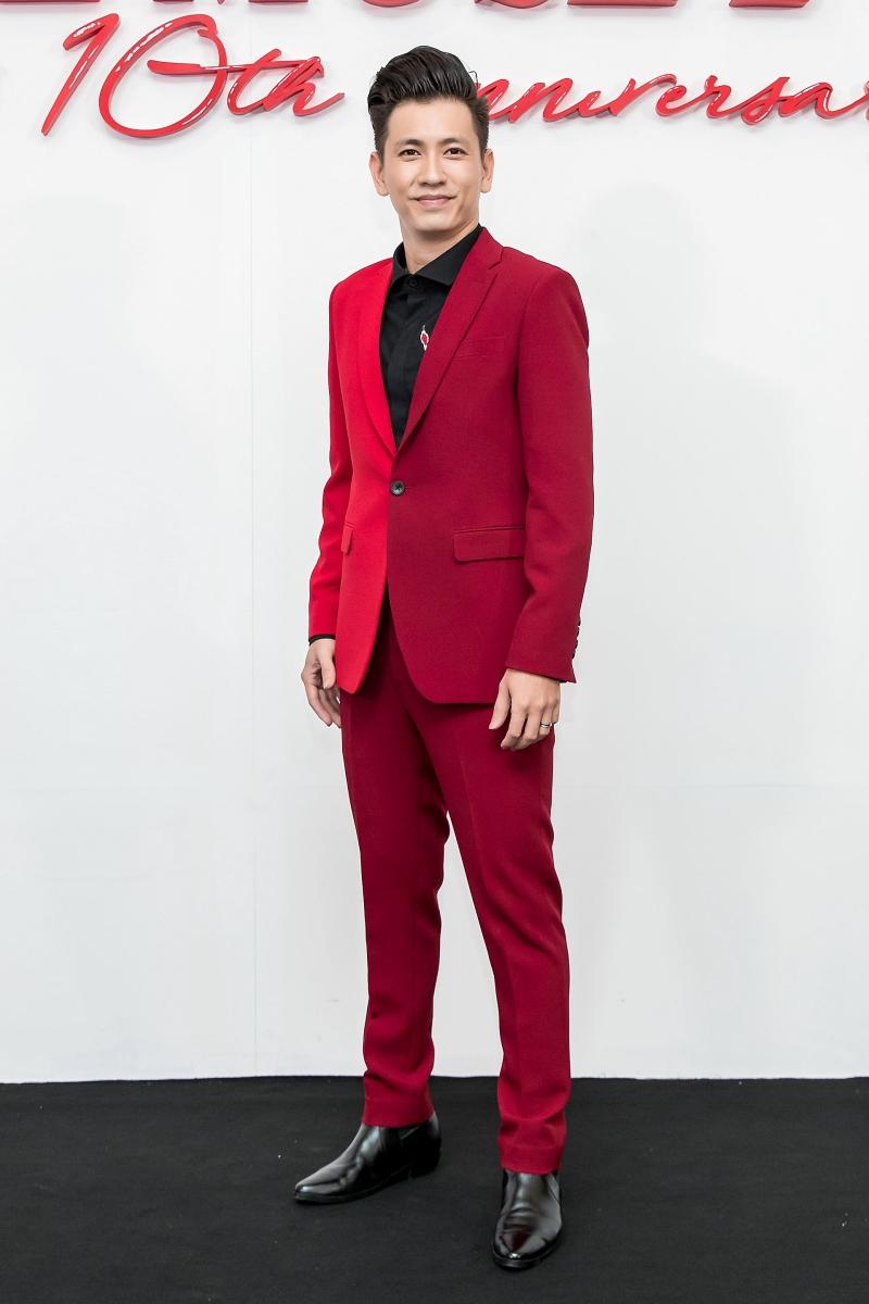 Đỗ An bảnh bao trong thiết kế suit độc đáo với hai sắc đỏ đối lập của NTK Đỗ Mạnh Cường.