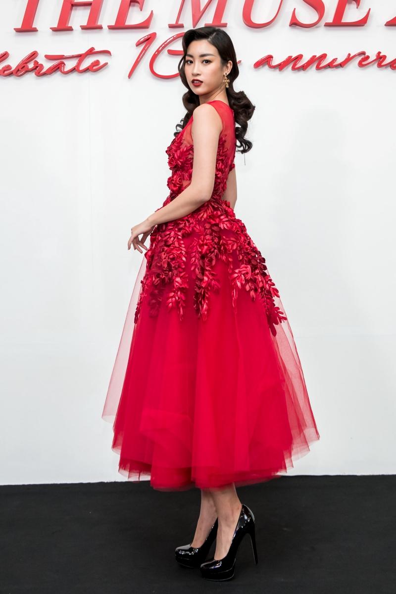 Hoa hậu Việt Nam 2016 Đỗ Mỹ Linh diện váy xòe qua gối, kết hợp chi tiết thêu, đính kết kỳ công ở phần ngực trải dài xuống chân váy.
