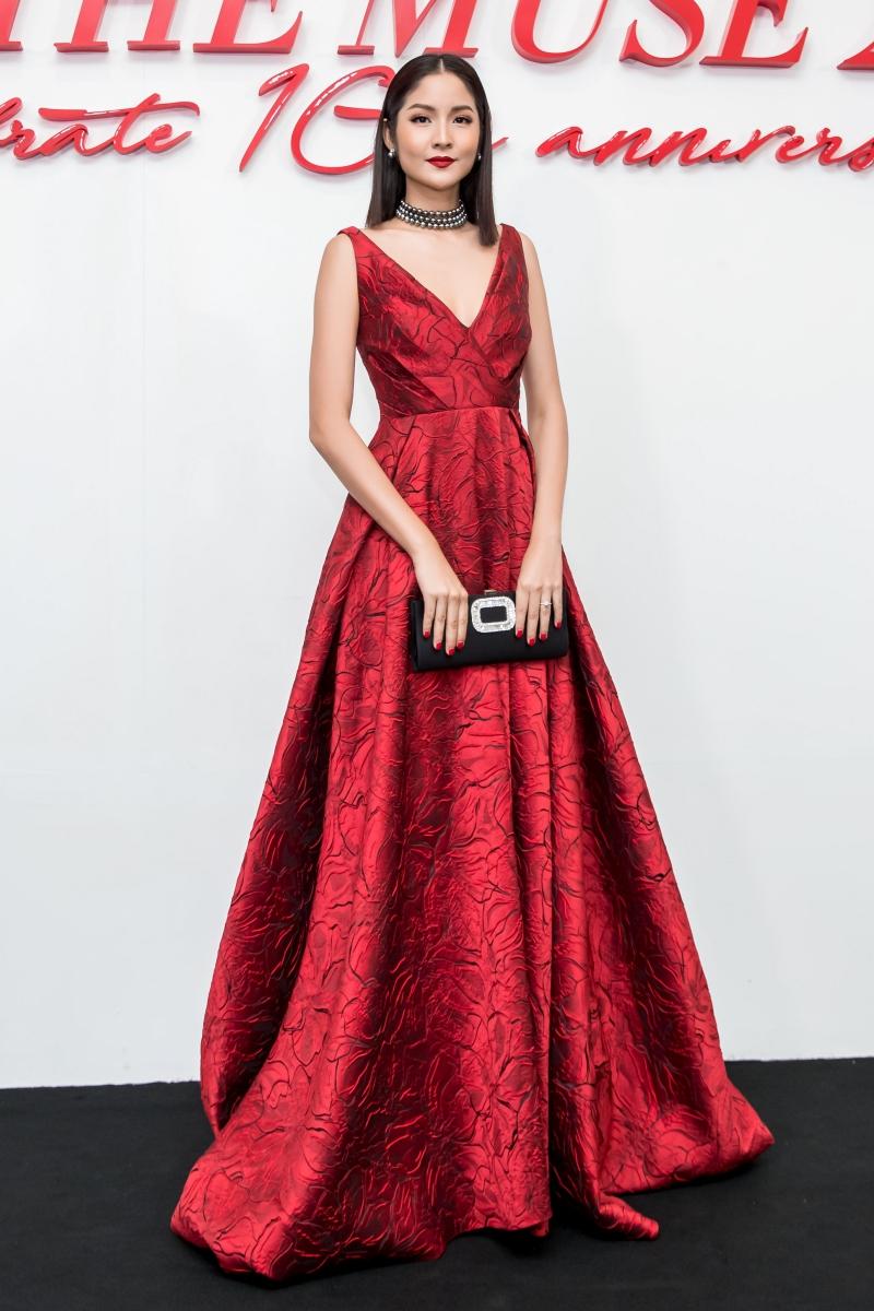 Người đẹp Thái Lan Farung Yuthithum lộng lẫy trong thiết kế đầm đỏ vải dệt hoa của NTK Đỗ Mạnh Cường.
