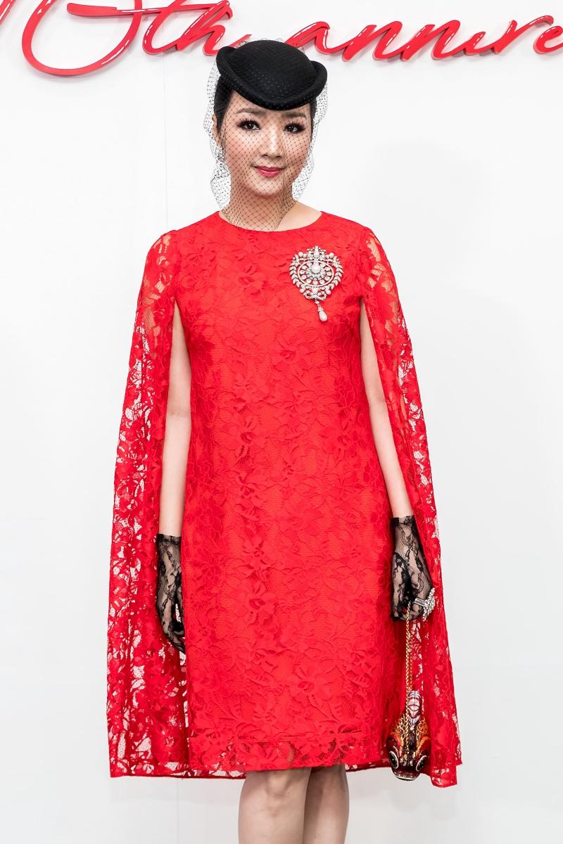 Hoa hậu Giáng My mặc thiết kế đầm dáng cape với cài áo tạo điểm nhấn.