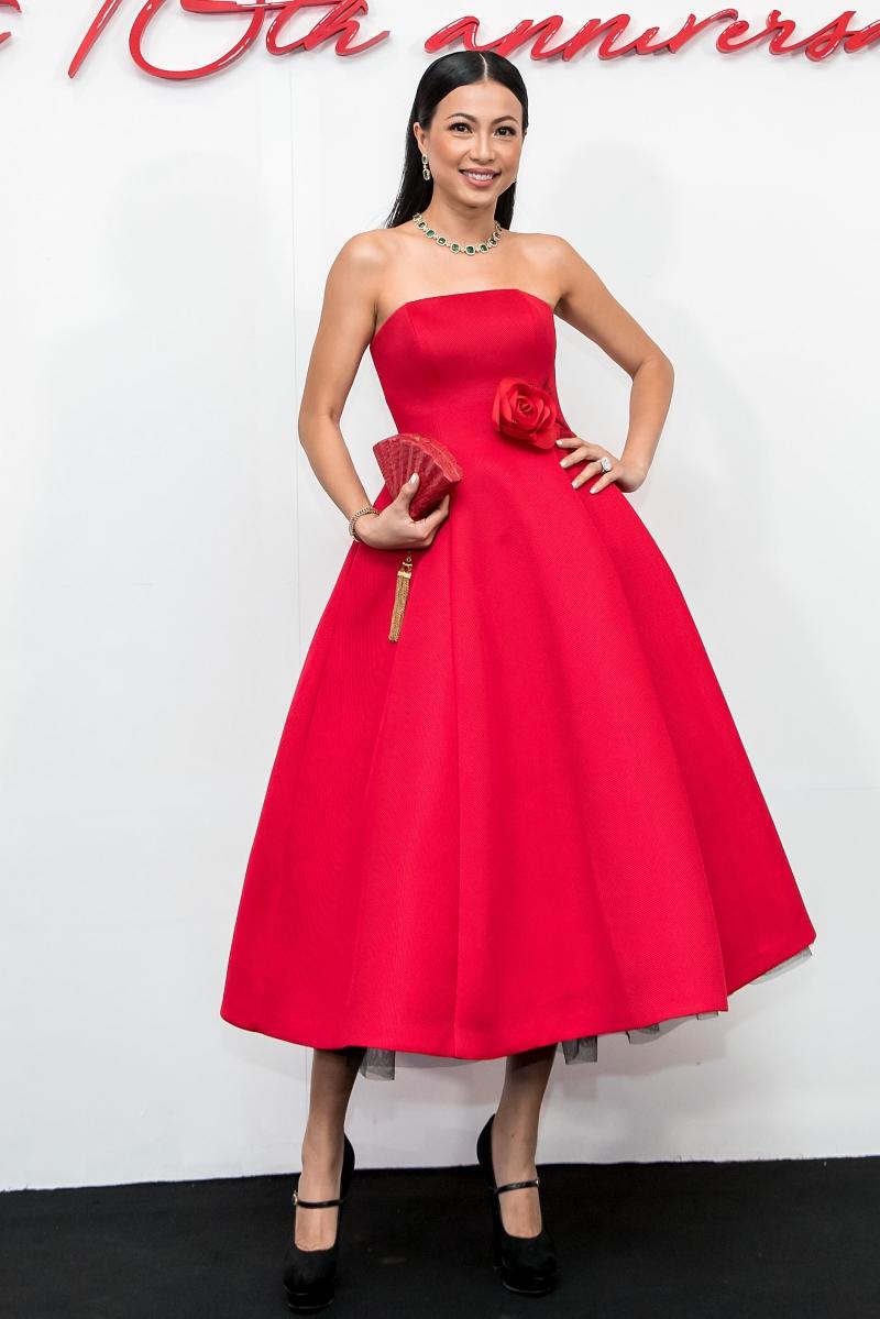 Ngô Mỹ Uyên diện đầm xoè cúp ngực với điểm nhấn là hoa hồng ở thắt eo. Người đẹp phối trang phục cùng clutch hình chiếc quạt độc đáo, trang sức màu xanh nổi bật.