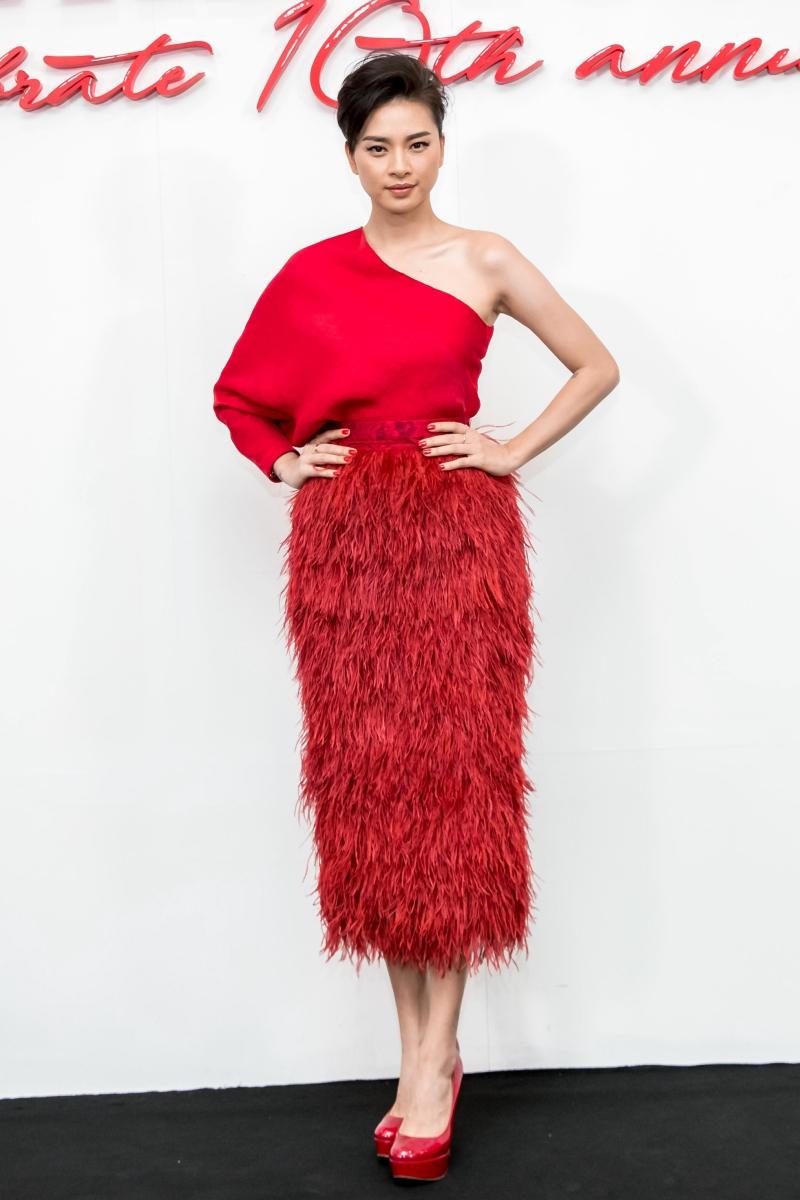 Ngô Thanh Vân kết hợp áo chéo vai cùng chân váy đính lông kỳ công.