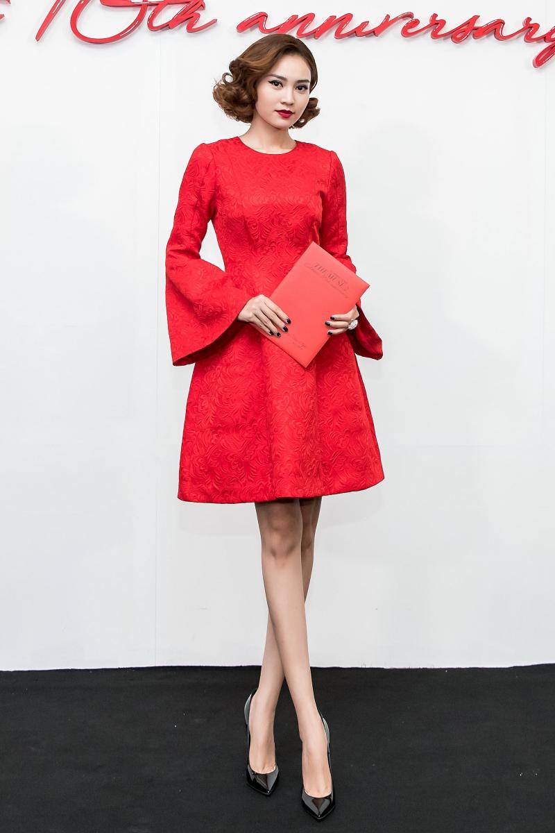 Diễn viên Ninh Dương Lan Ngọc duyên dáng, trẻ trung với chiếc đầm đỏ trên gối, được thực hiện trên nền vải gấm, có họa tiết với những đường nét mềm mại.