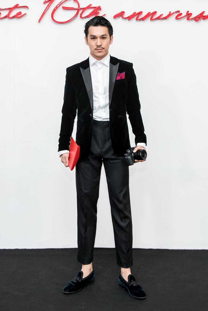 Nhiếp ảnh gia Thiên Minh lịch lãm với suit đen.