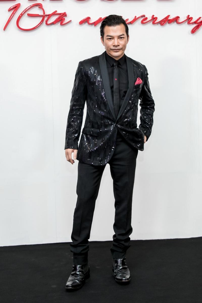 Diễn viên, đạo diễn Trần Bảo Sơn diện áo blazer đính sequin lấp lánh.