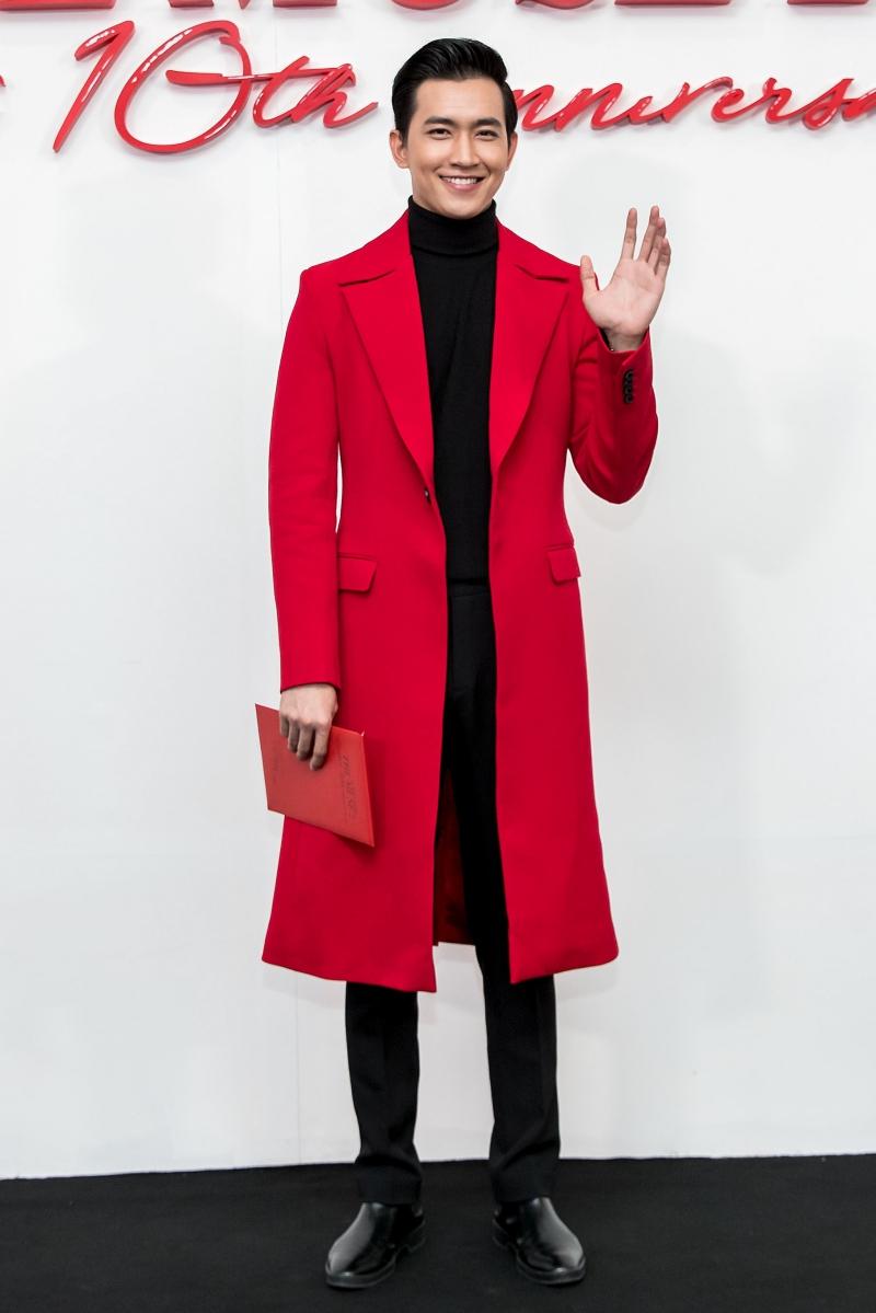 """Người mẫu Võ Cảnh mặc áo khoác dài màu đỏ đúng với """"dress code"""" của đêm diễn."""