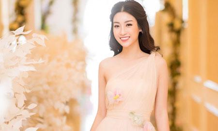 Hoa hậu Mỹ Linh đẹp mong manh giữa trời đông Hà Nội
