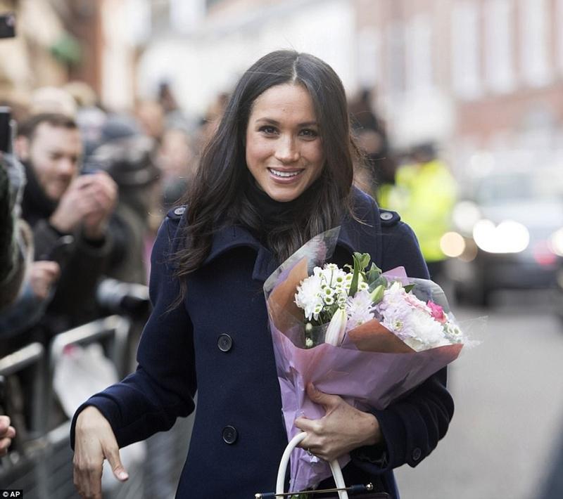 Trong suốt một chặng đường dài đi bộ, Meghan nhận được không ít hoa của người hâm mộ