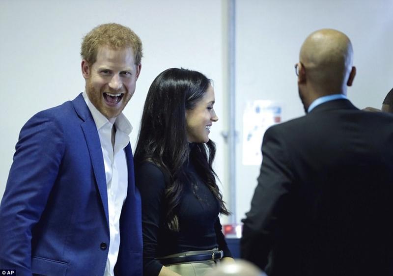 Harry rõ ràng có một khoảng thời gian tuyệt vời để có thể chia sẻ nhiệm vụ hoàng gia của mình với người bạn đời lần đầu tiên trong đời Đọc thêm: http://www.dailymail.co.uk/news/article-5135897/Crowds-gather-Harry-Meghans-walkabout.html#ixzz503VoAavv Theo chúng tôi: @MailOnline trên Twitter | DailyMail trên Facebook