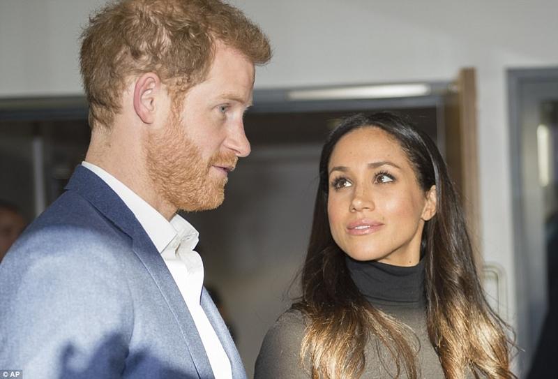 Cô Markle trông rất đáng yêu trong mắt Harry khi họ nói chuyện với các giáo viên tại Học viện Nottingham hôm nay