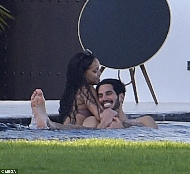 Được bắt gặp đi nghỉ cùng nhau tại Tây Ban Nha đầu tuần vừa rồi, Rihanna và Hassan dành toàn bộ thời gian quấn quít bên nhau tại bể bơi và đã bị cánh săn ảnh chụp được những khoảnh khắc tình tứ nhất.