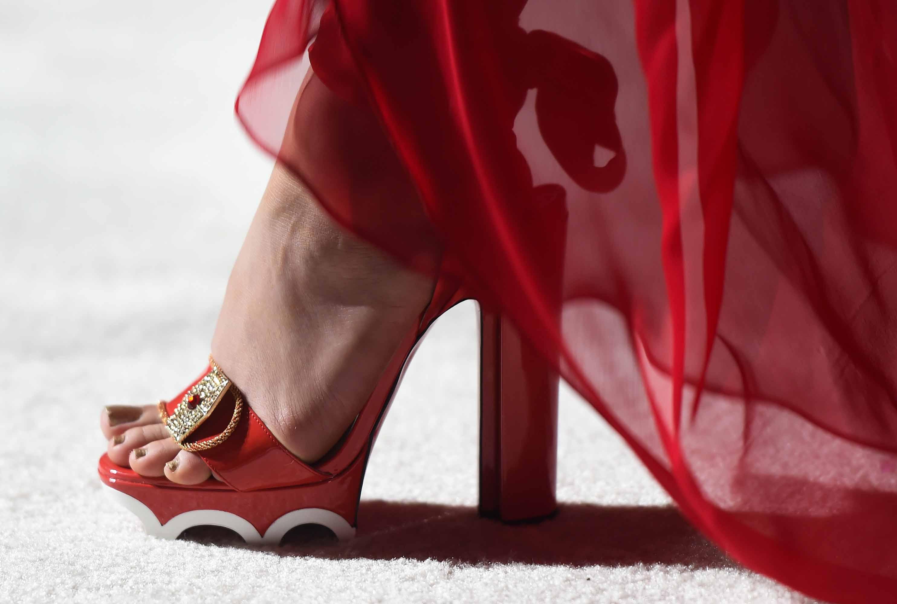 """Kelly Marie Tran mang thiết kế giày của Christian Louboutin sáng tạo dựa trên chính nhân vật Rose Tico mà cô thủ vai trong """"Star Wars: The Last Jedi"""""""