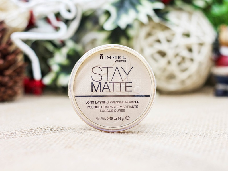 Rimmel Stay Matte Pressed Powder: phấn phủ giúp hấp thụ lượng dầu thừa, mang lại cho nàng khuôn mặt khô ráo. Giá: 169.000VND