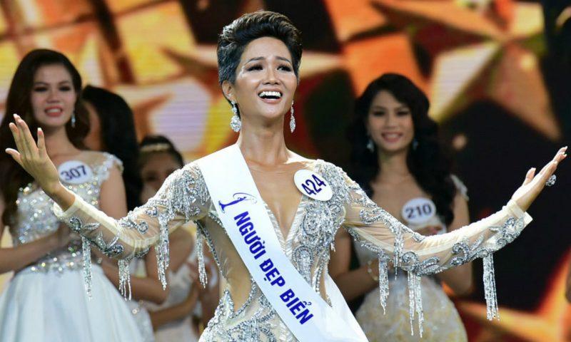 Tân Hoa hậu Hoàn vũ Việt Nam - H'Hen Niê, người Ê-Đê đăng quang nhận không ít phản ứng trái chiều vì nước da nâu và mái tóc ngắn.