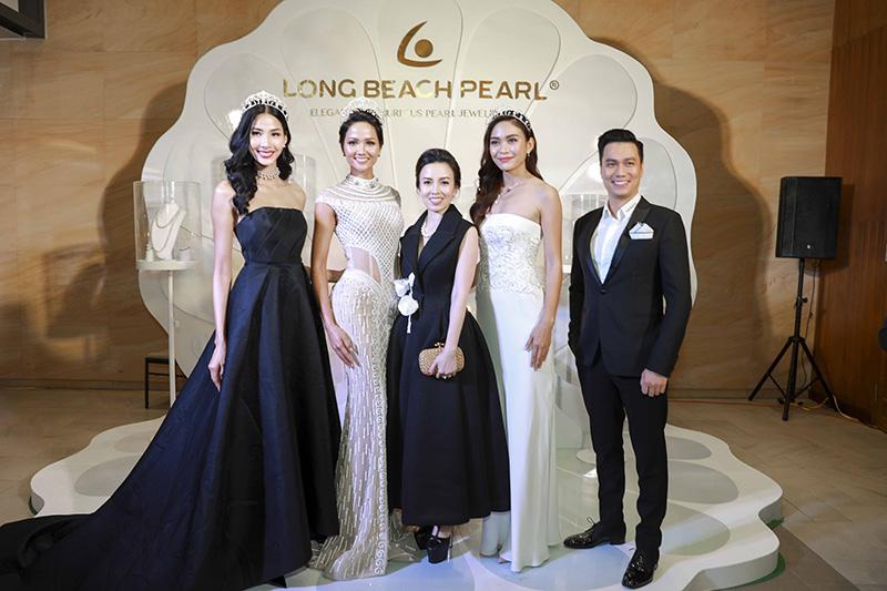 Hoa hậu và hai á hậu chụp chung với chủ nhân đêm tiệc (áo đen ở giữa) và diễn viên Việt Anh (ngoài cùng bên phải).