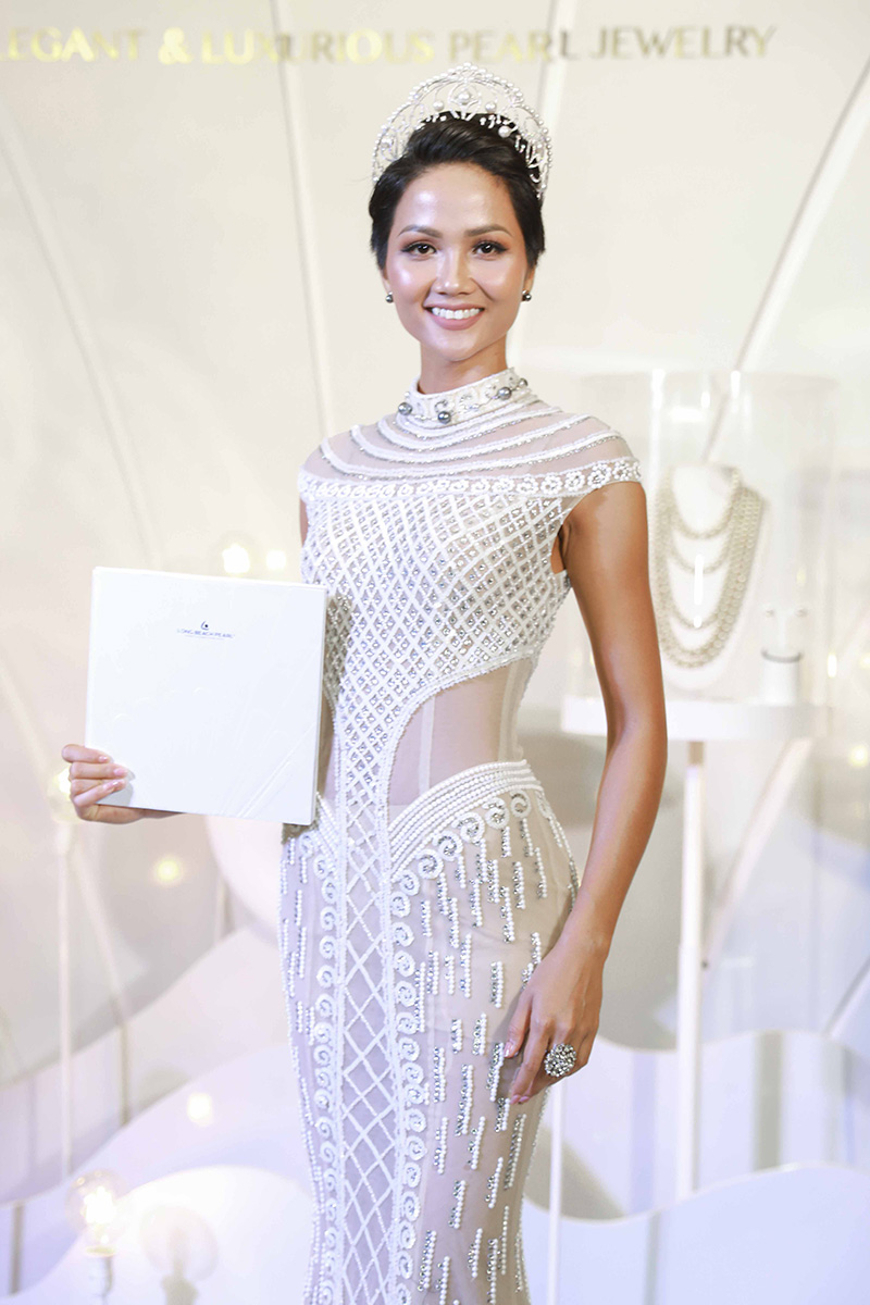 """H'Hen Niê xuất hiện tự tin và tỏa sáng ở sự kiện """"Bí mật đại dương"""". Đây là một trong các sự kiện đầu tiên của cô trên cương vị Hoa hậu Hoàn vũ 2017."""