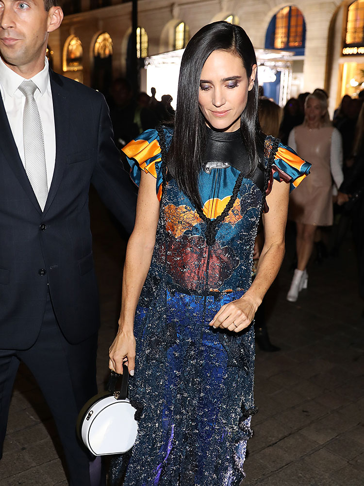 jennifer-connelly-louis-vuitton-circle-bag