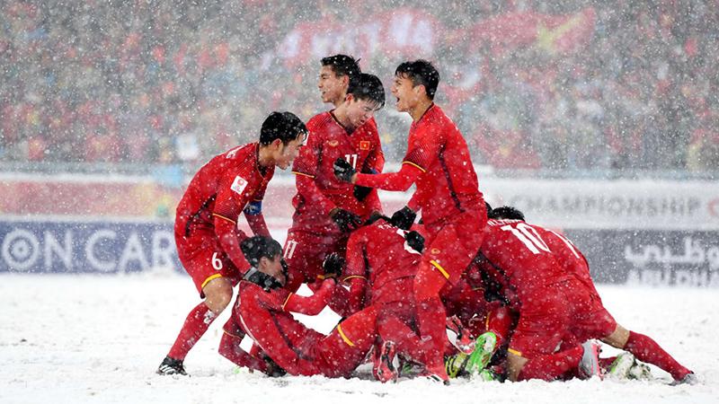 U23 Việt Nam ăn mừng chiến thắng sau cú phạt đẹp mắt của Quang Hải.