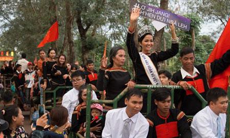 Đoàn xe công nông đón H'Hen Niê về thăm buôn làng quê hương