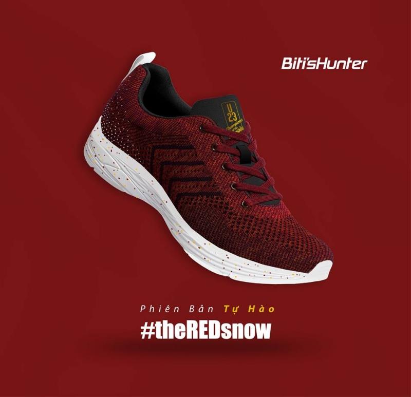 """Thiết kế giày Biti's Hunter phiên bản Tự hào nổi bật với tông màu đỏ trên thân giày. Phần """"lưỡi gà"""" có thêu logo U23 nổi bật."""