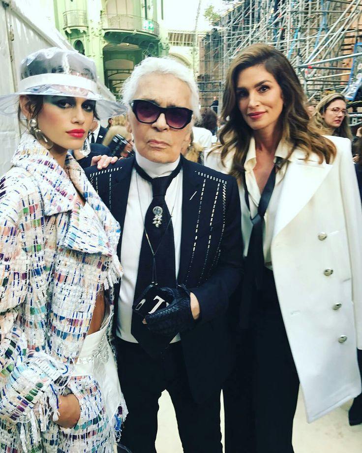 Kaia Gerber (trái) cùng nhà thiết kế Karl Lagerfeld và mẹ, siêu mẫu Cindy Crawford (phải) tại show diễn Chanel Xuân Hè 2018 - nơi cô nàng giữ vai trò vedette mở màn.