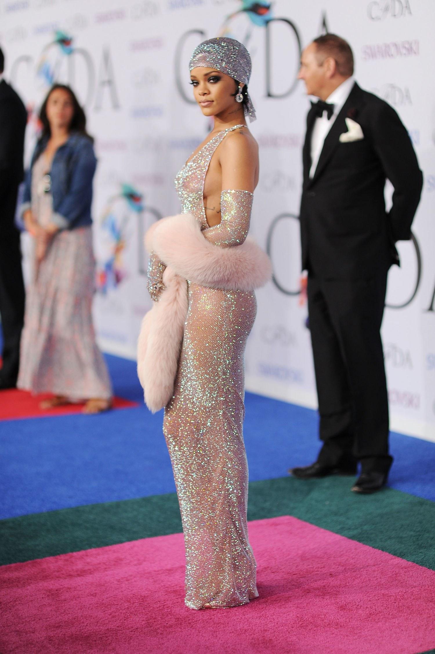 Rihanna cũng từng mặc một thiết kế đính pha lê Swarovski của Adam Selman tại Lễ trao giải CFDA 2014 và gây xôn xao khi xuất hiện.
