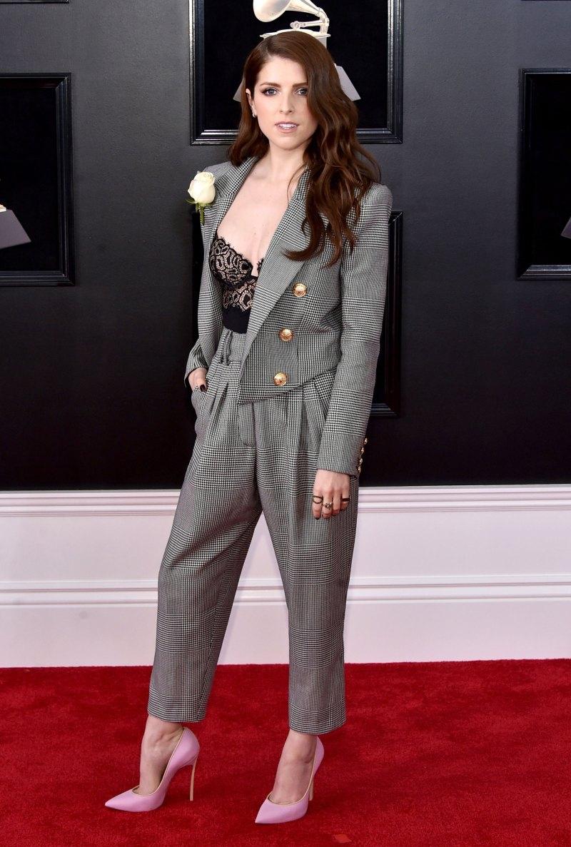 """Mỹ nhân của """"Pitch Perfect"""" Anna Kendrick nữ tính tuyệt đối trong bộ suit gợi cảm của Balmain phối cùng giày cao gót Casadei màu hồng"""