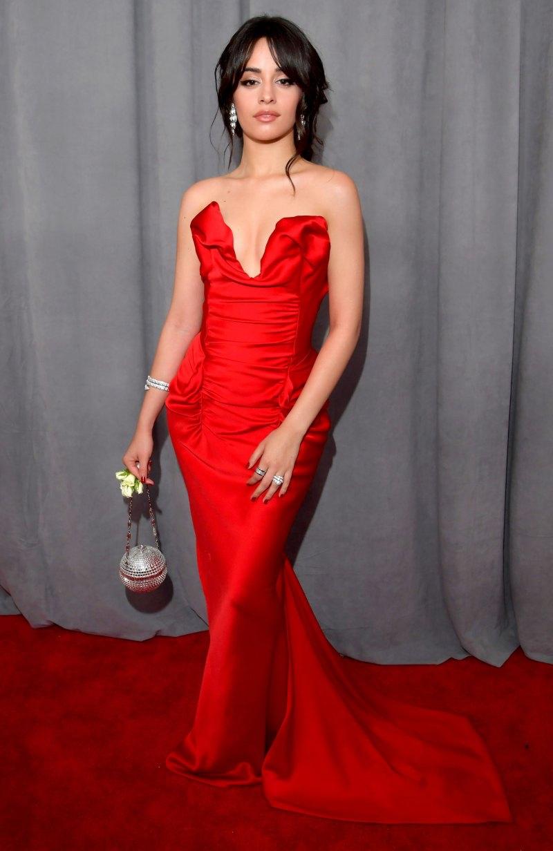Nữ ca sĩ trẻ Camila Cabello với vóc dáng nhỏ nhắn vẫn thu hút trong bộ đầm màu đỏ tươi của Vivienne Westwood.